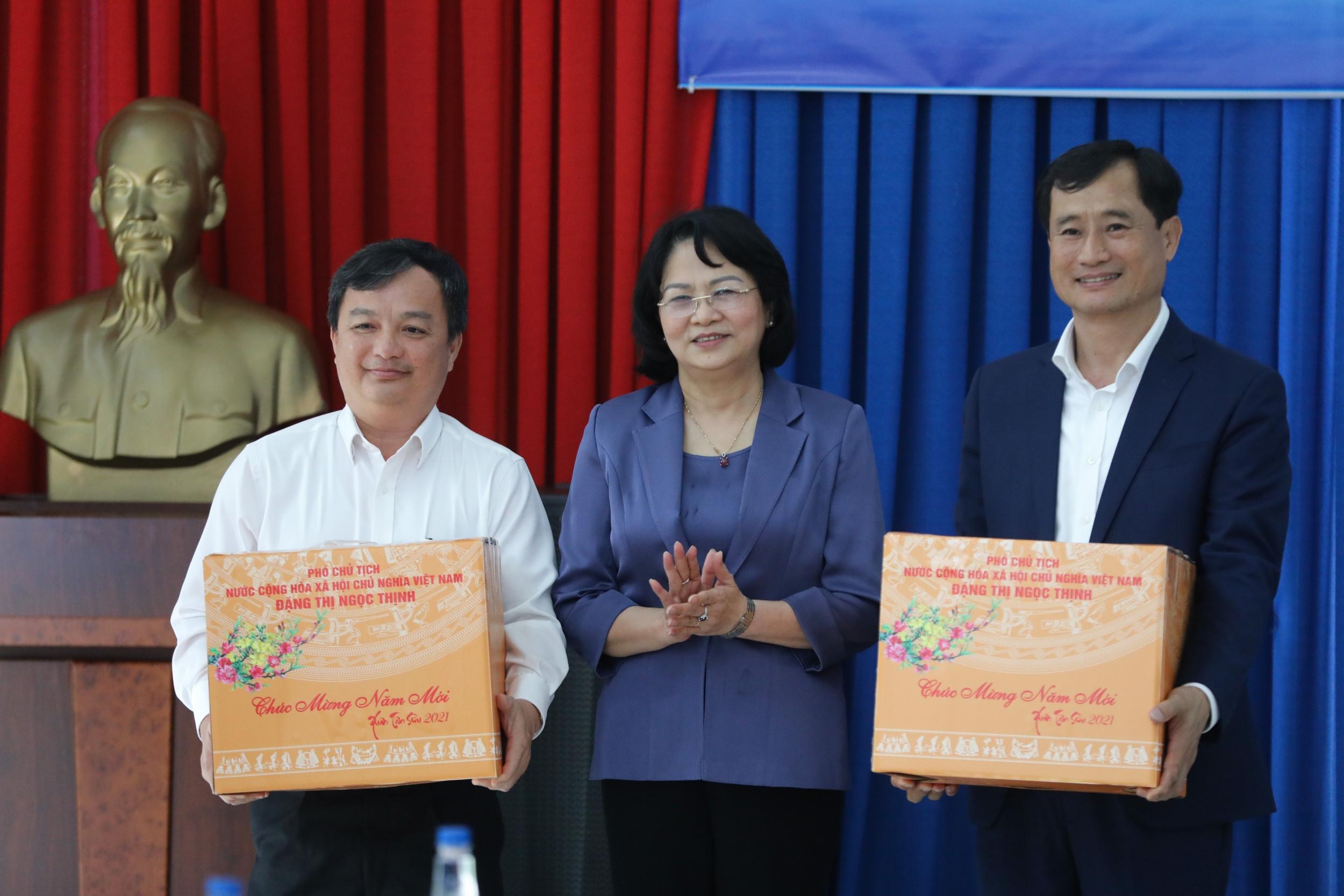 Phó Chủ tịch nước trao quà tết cho đại diện Ủy ban nhân dân tỉnh Bình Dương và ông Trần Minh Văn – Giám đốc Điều hành Khối Sản Xuất của Vinamilk