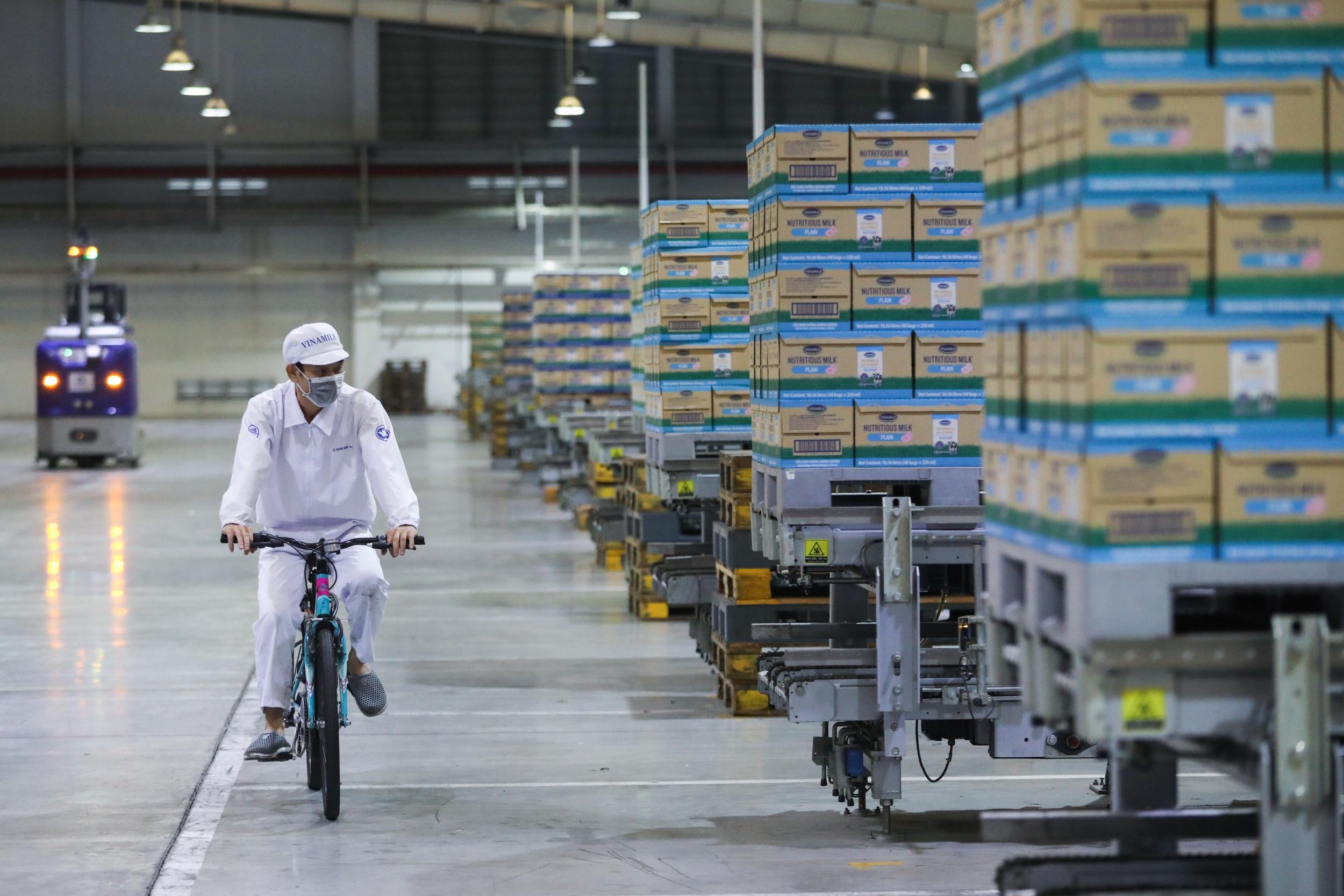 Họat động sản xuất của nhà máy do máy móc thực hiện với trình độ tự động hoá cao, con người chủ yếu đóng vai trò vận hành hệ thống điều khiển và kiểm tra giám sát
