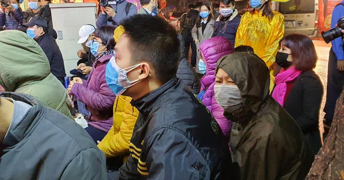Người Hà Nội không quản mưa rét, xếp hàng từ tờ mờ sáng mua vàng vía Thần Tài