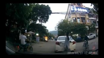 Nữ tài xế thản nhiên đậu xe giữa ngã ba đường rồi... bỏ đi