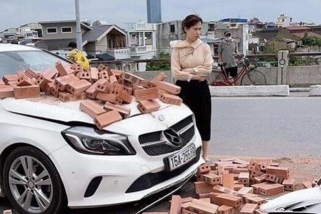 Bị xích lô chở gạch tông trúng, nữ tài xế Mercedes ứng xử đầy bất ngờ - 1