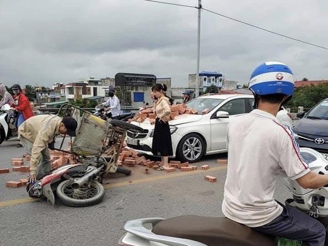 Bị xích lô chở gạch tông trúng, nữ tài xế Mercedes ứng xử đầy bất ngờ - 2