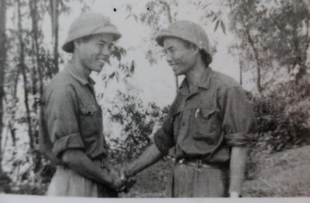 Khoảnh khắc xúc động 2 cha con gặp nhau trên chiến trường