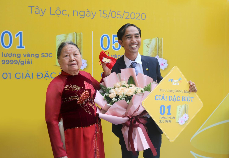pvcombank trao giai vang dac biet cho khach hang gui tiet kiem