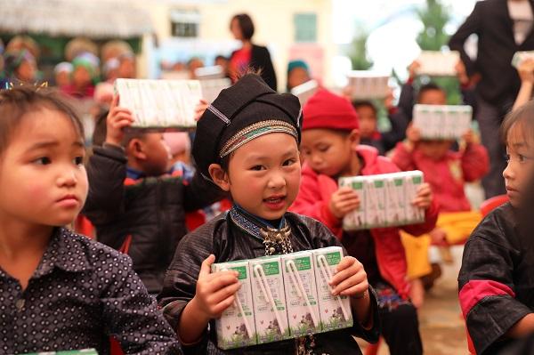 Giữa dịch Covid-19, Vinamilk và Quỹ sữa Vươn cao Việt Nam trao tặng 1,7 triệu ly sữa hỗ trợ trẻ em