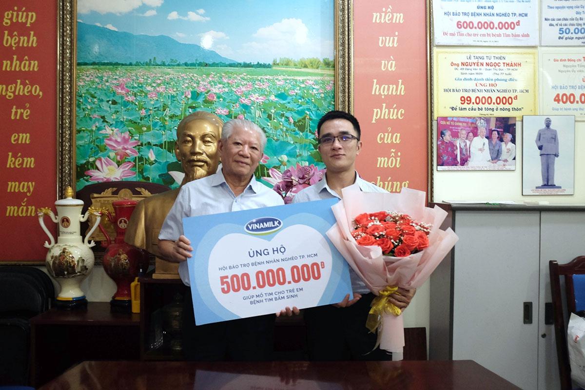 Đại diện Vinamilk ủng hộ 500 triệu đồng cho Hội Bệnh nhân nghèo TP.HCM