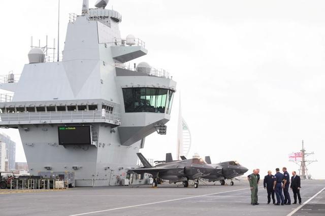 Nữ hoàng Anh thăm tàu sân bay sắp triển khai đến châu Á