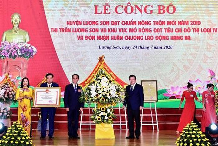 Phó Thủ tướng Trịnh Đình Dũng dự lễ công bố huyện nông thôn mới tại Hòa Bình
