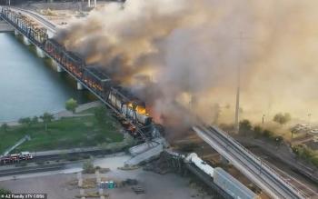 Tàu chở hàng 102 toa trật đường ray, cháy ngùn ngụt làm sập cầu ở Mỹ