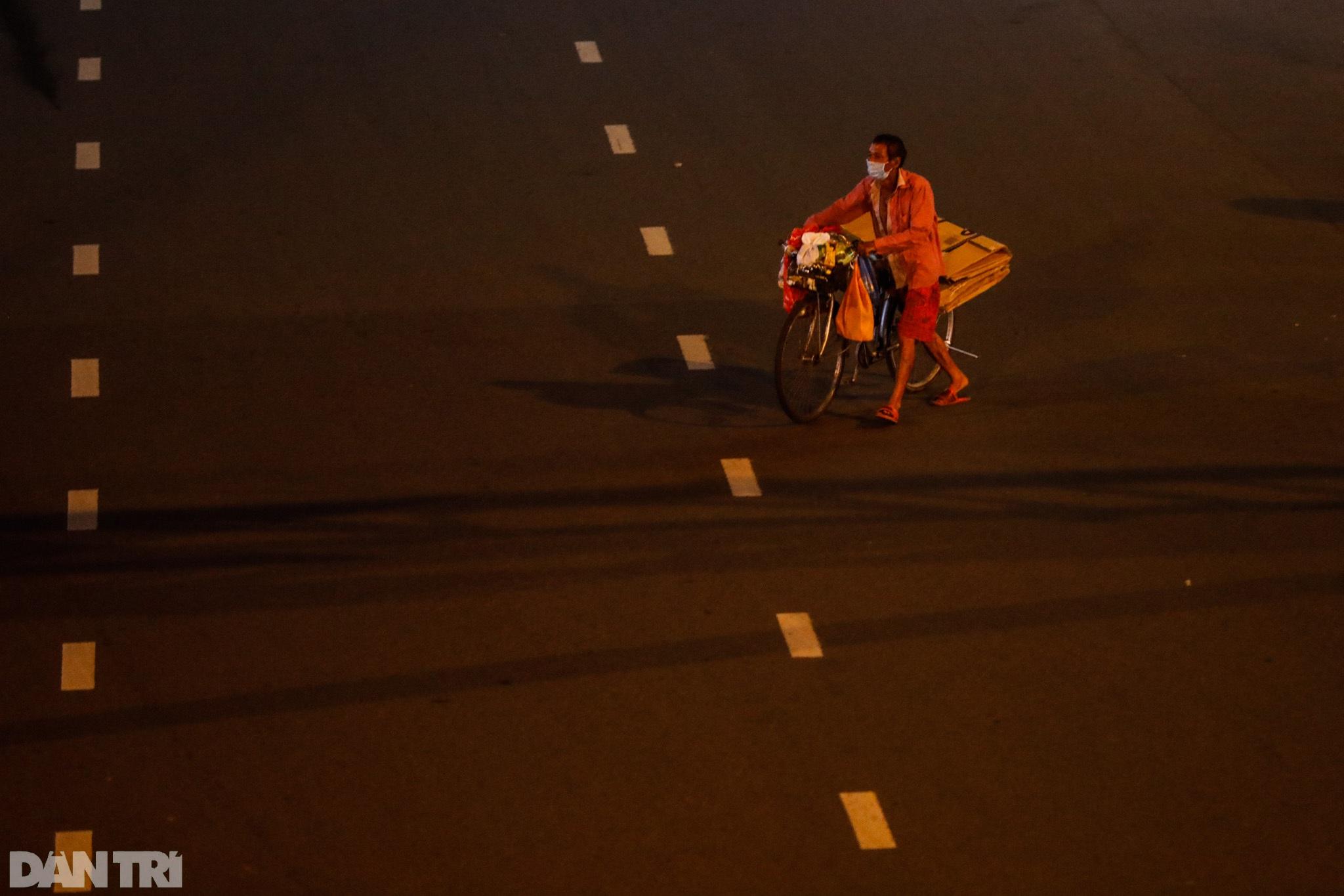 Đường phố Sài Gòn vắng lặng chưa từng thấy sau 18h - 10