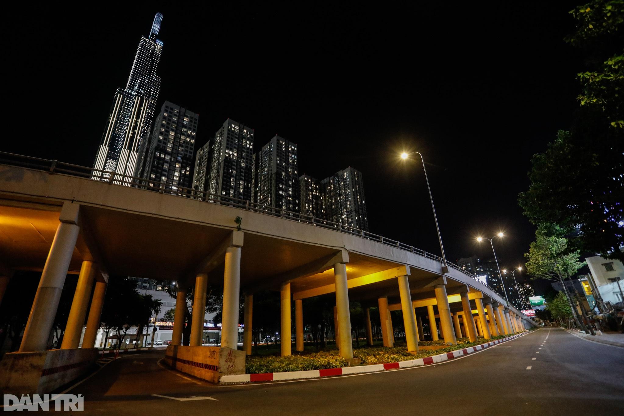 Đường phố Sài Gòn vắng lặng chưa từng thấy sau 18h - 11