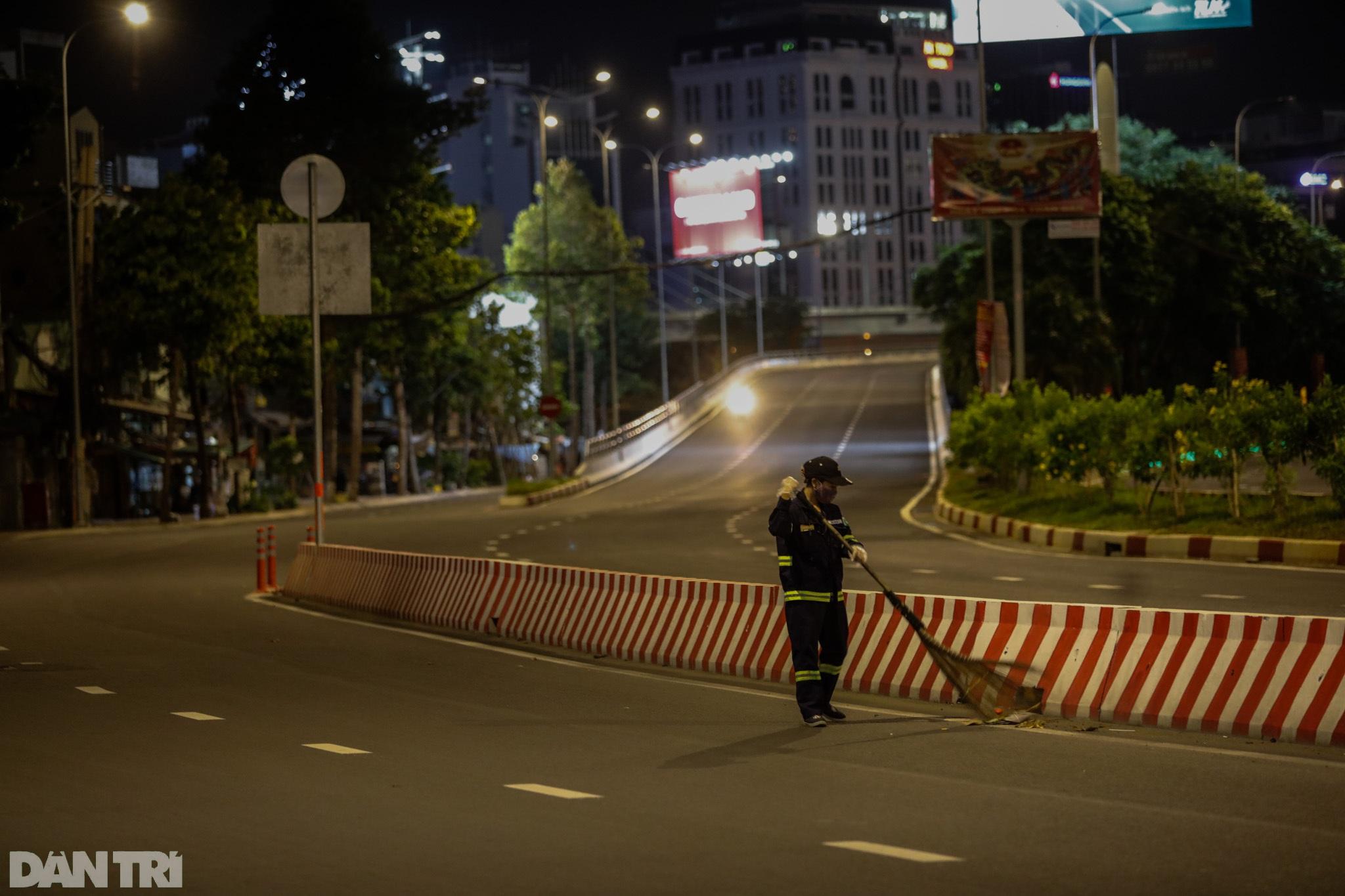 Đường phố Sài Gòn vắng lặng chưa từng thấy sau 18h - 15