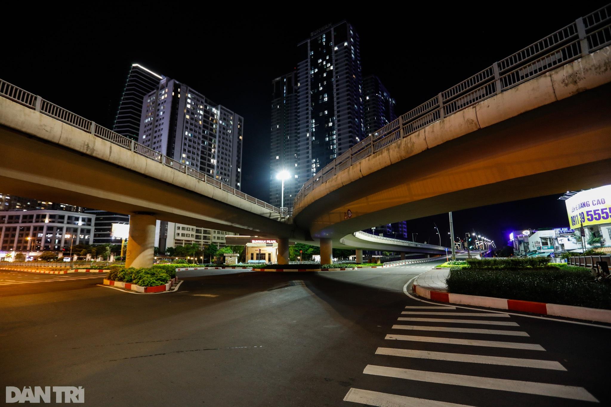 Đường phố Sài Gòn vắng lặng chưa từng thấy sau 18h - 13