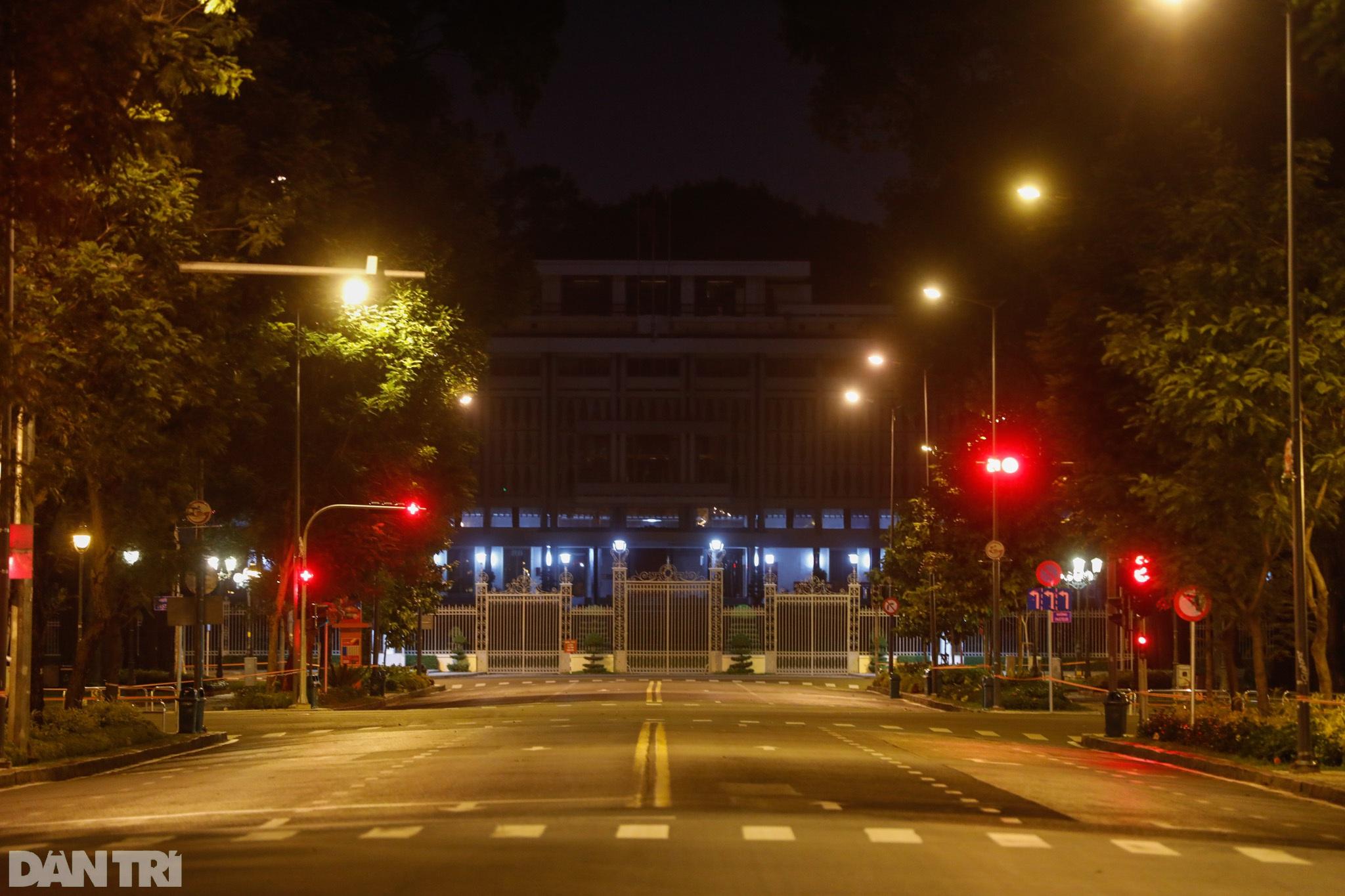 Đường phố Sài Gòn vắng lặng chưa từng thấy sau 18h - 5