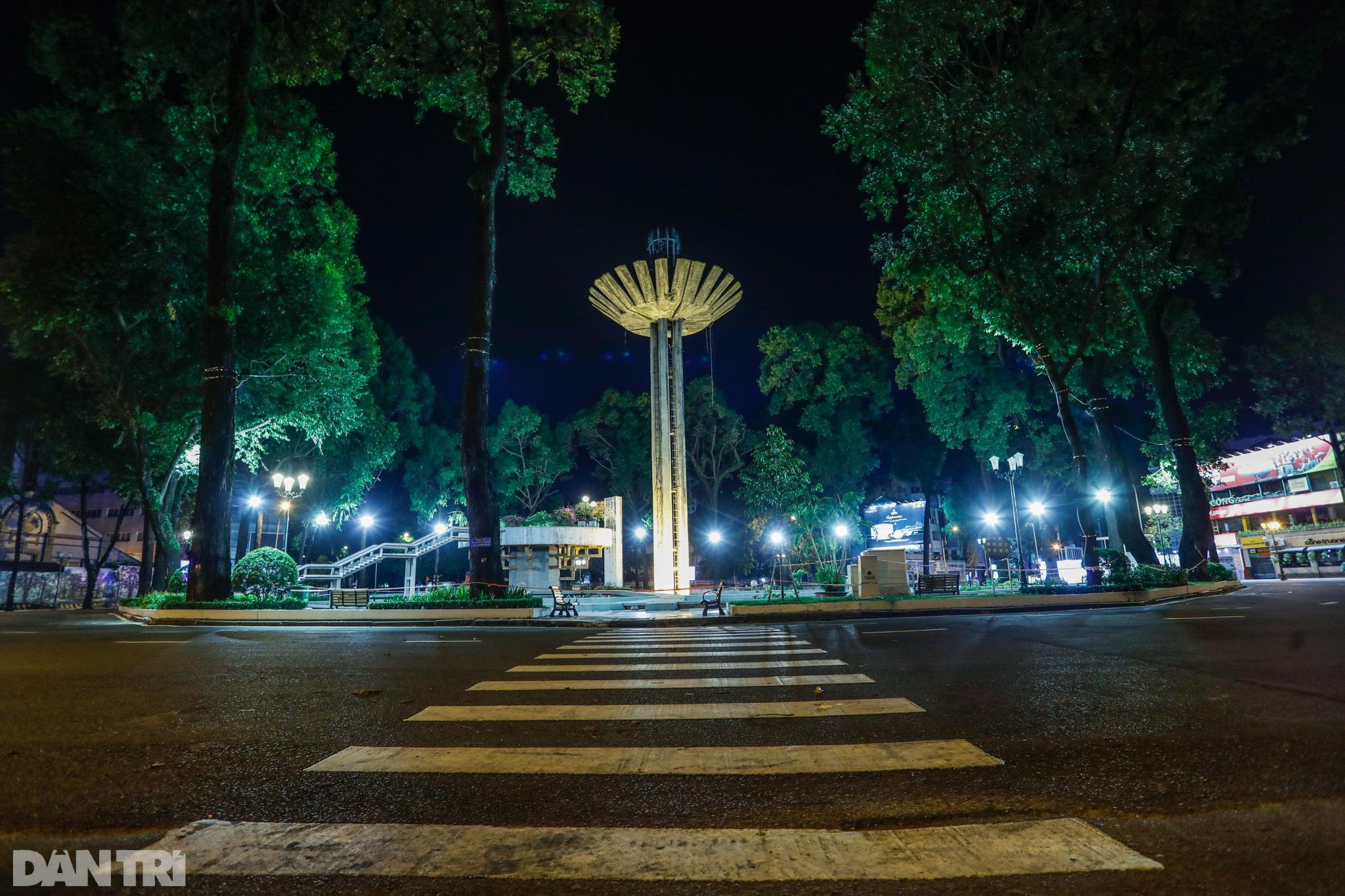Đường phố Sài Gòn vắng lặng chưa từng thấy sau 18h - 4