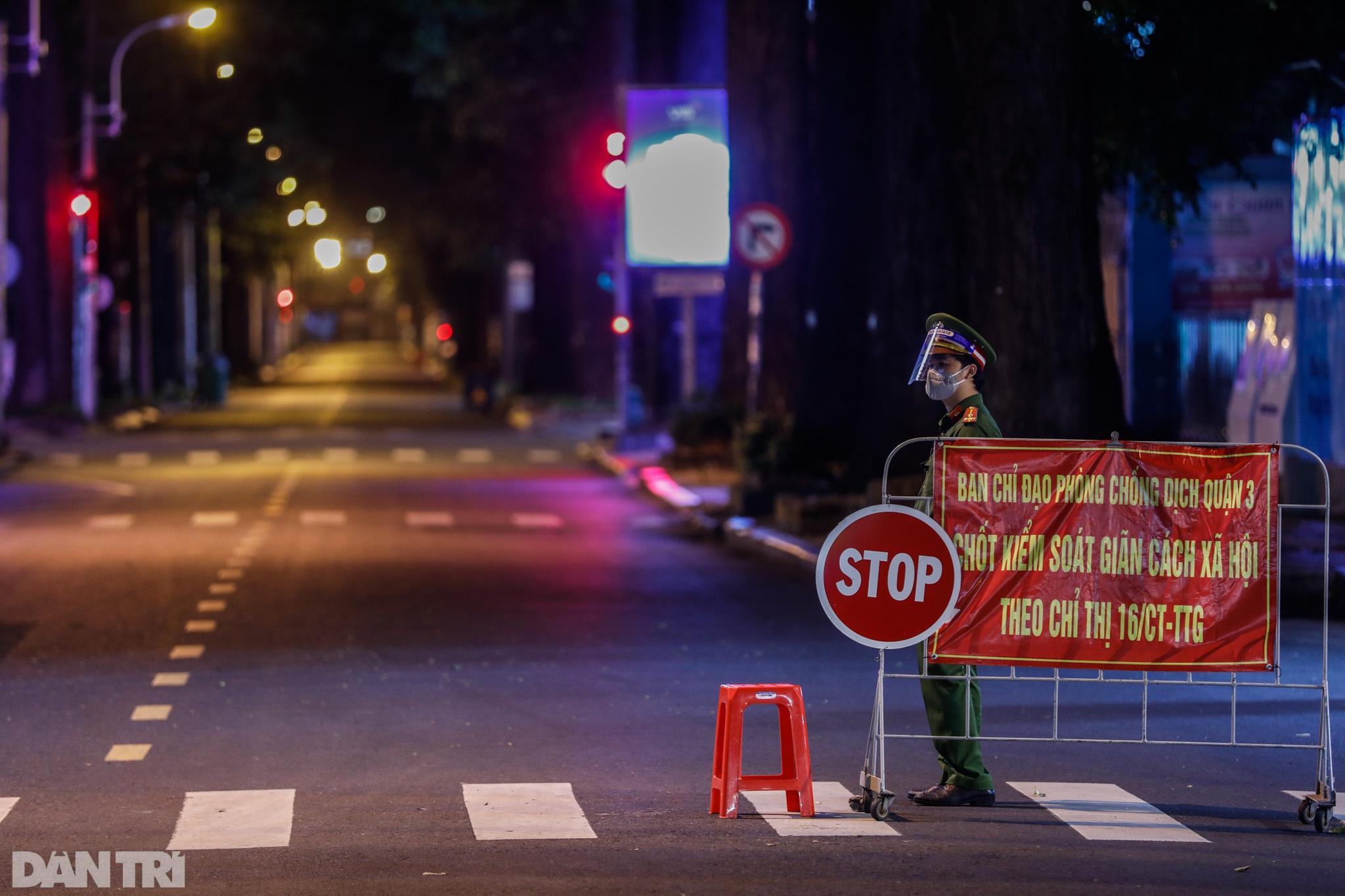 Đường phố Sài Gòn vắng lặng chưa từng thấy sau 18h - 7