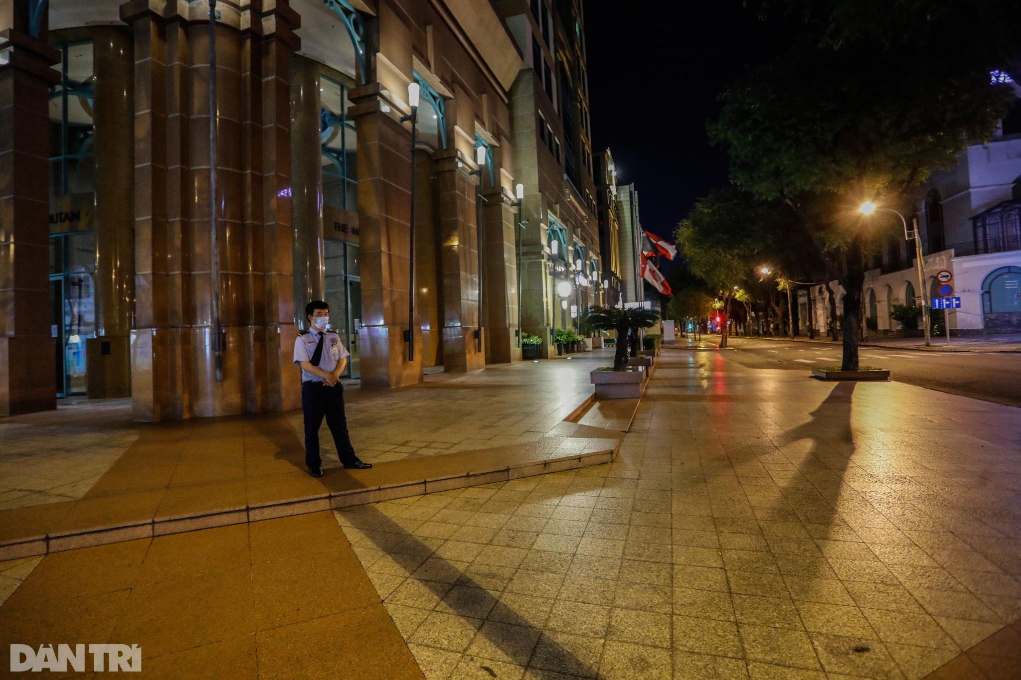 Đường phố Sài Gòn vắng lặng chưa từng thấy sau 18h - 6