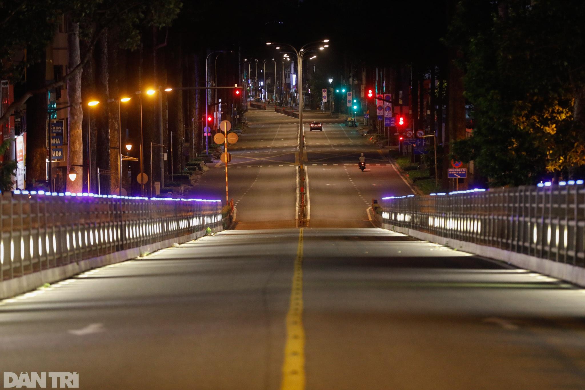 Đường phố Sài Gòn vắng lặng chưa từng thấy sau 18h - 14