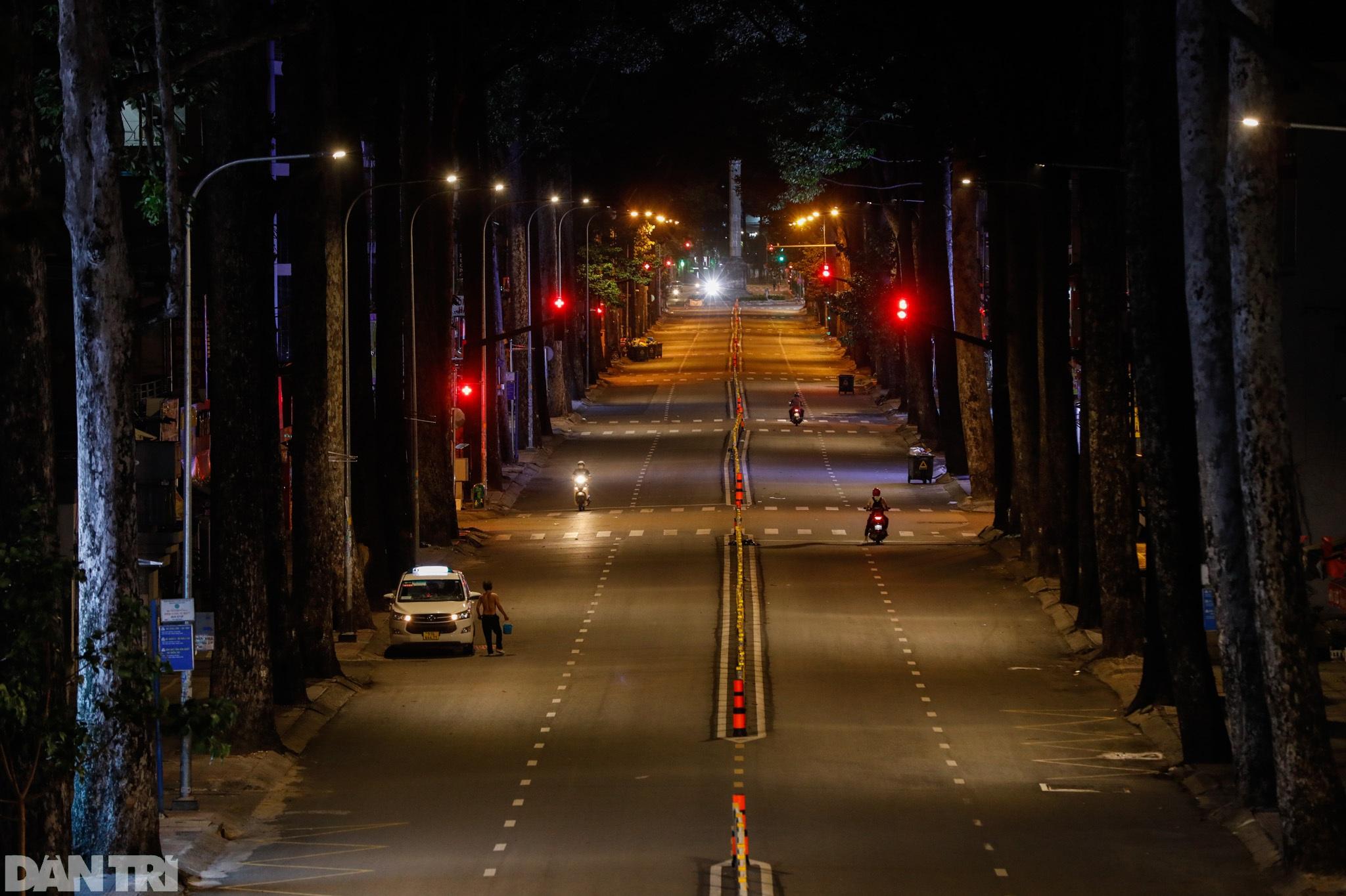 Đường phố Sài Gòn vắng lặng chưa từng thấy sau 18h - 12