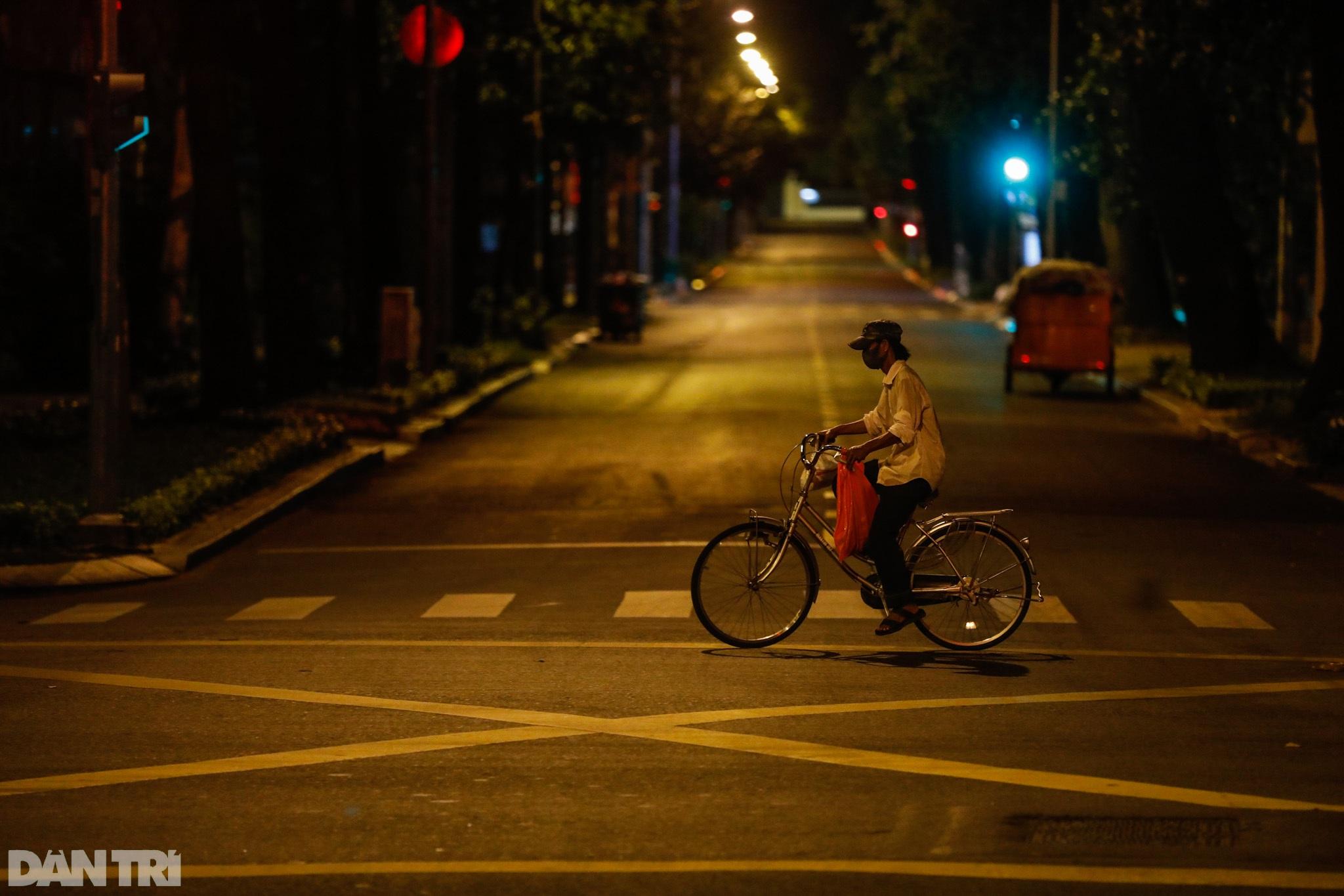Đường phố Sài Gòn vắng lặng chưa từng thấy sau 18h - 8