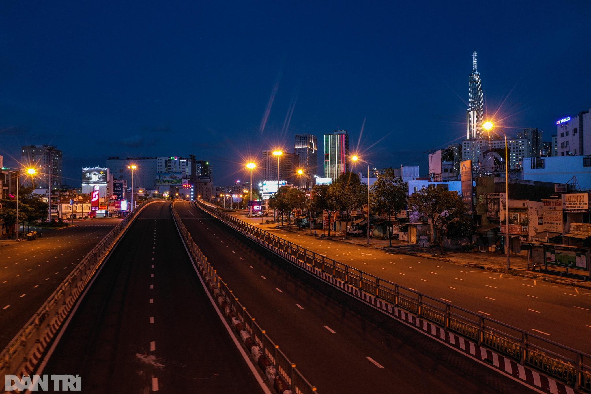 Đường phố Sài Gòn vắng lặng chưa từng thấy sau 18h - 3
