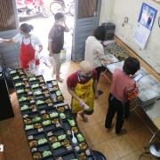 Những suất cơm đầy ắp nghĩa tình gửi tuyến đầu chống dịch ở Hà Nội
