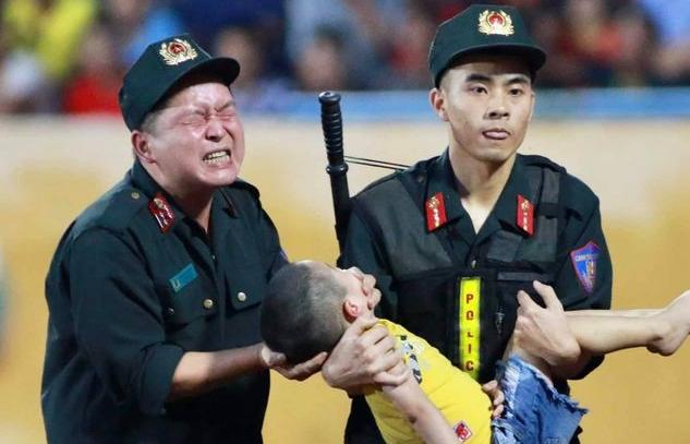 Chiến sĩ cảnh sát nghiến răng chịu đau để cứu trẻ bị co giật: Sơ cứu đã đúng cách?