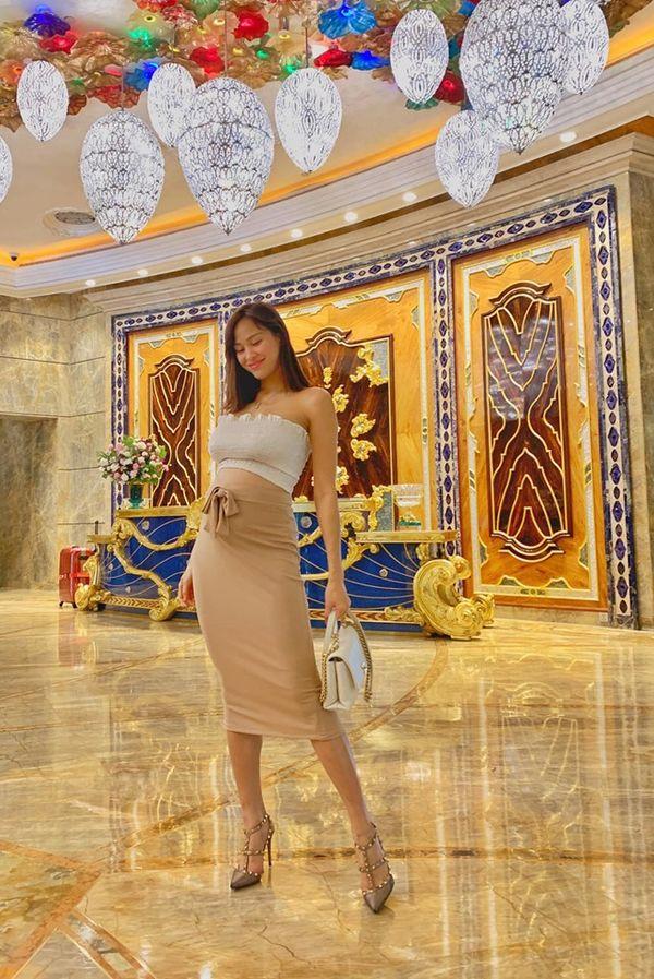 Sao Việt ngày 25/8: Siêu mẫu Phương Mai mang khoe bụng bầu 6 tháng