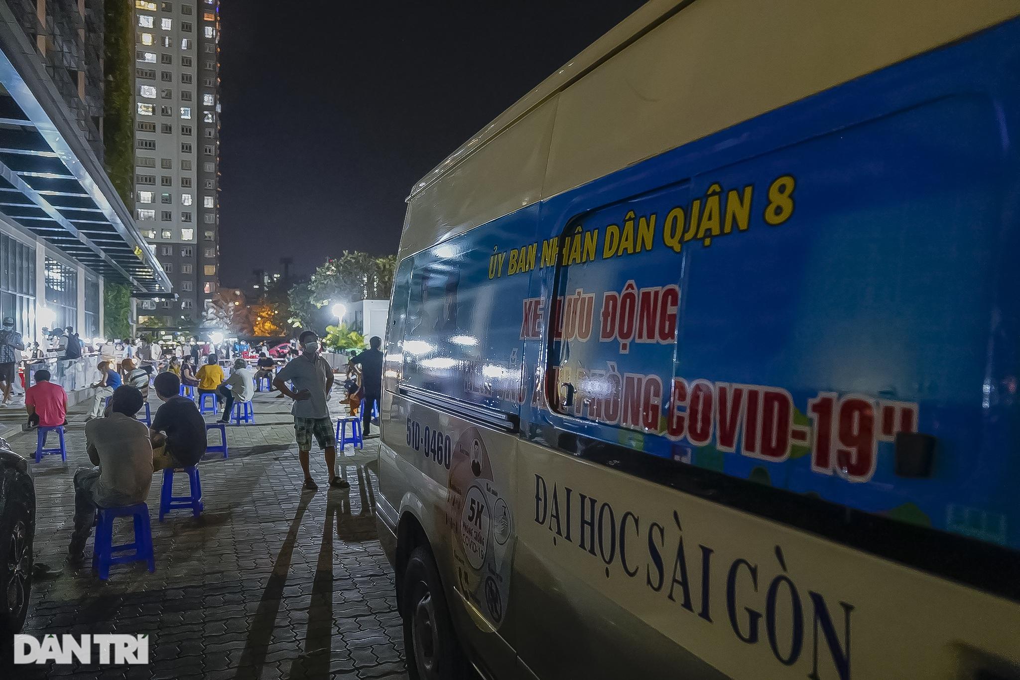 Người dân Sài Gòn chong đèn, tiêm vắc xin vào ban đêm - 1
