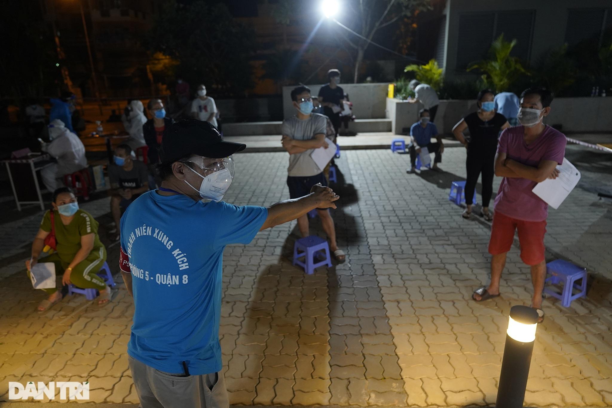Người dân Sài Gòn chong đèn, tiêm vắc xin vào ban đêm - 9