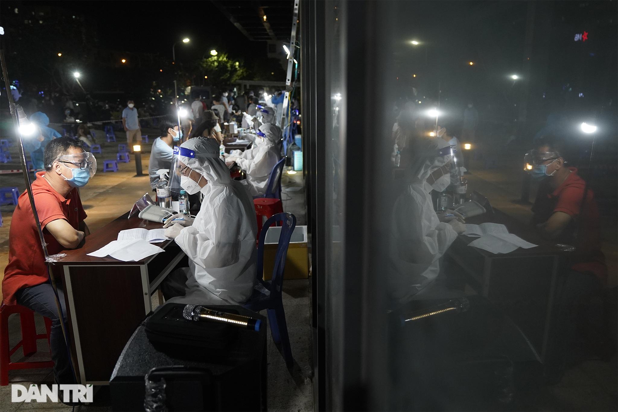 Người dân Sài Gòn chong đèn, tiêm vắc xin vào ban đêm - 13