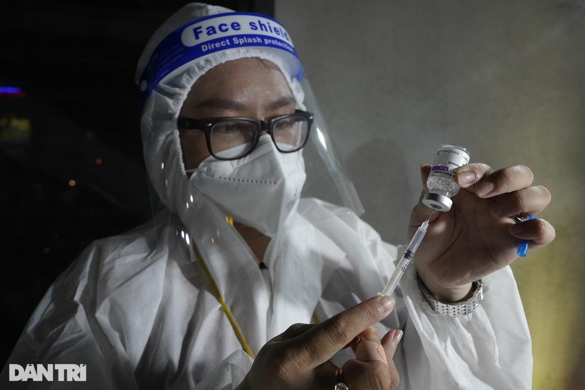 Người dân Sài Gòn chong đèn, tiêm vắc xin vào ban đêm - 6