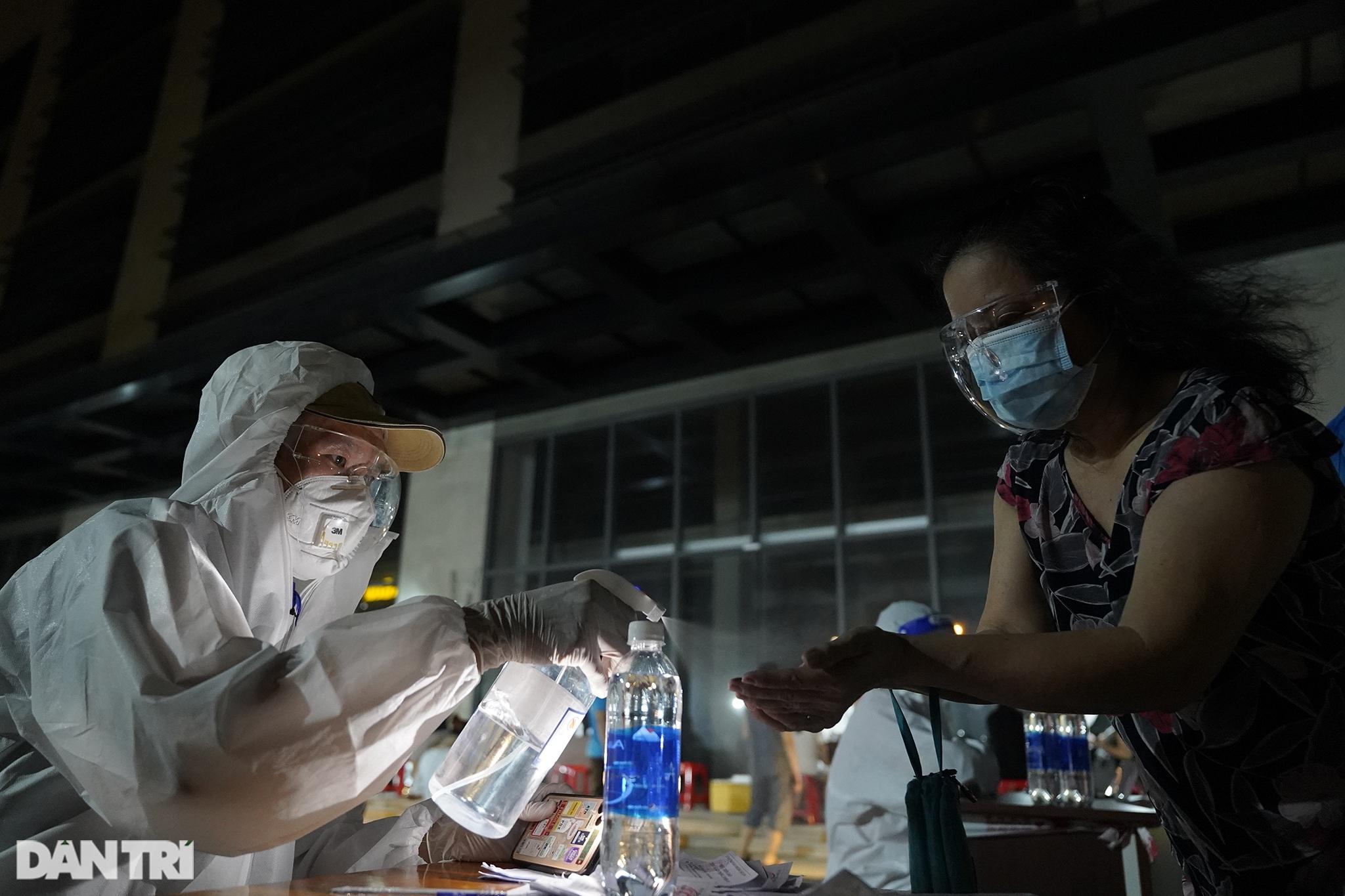 Người dân Sài Gòn chong đèn, tiêm vắc xin vào ban đêm - 10