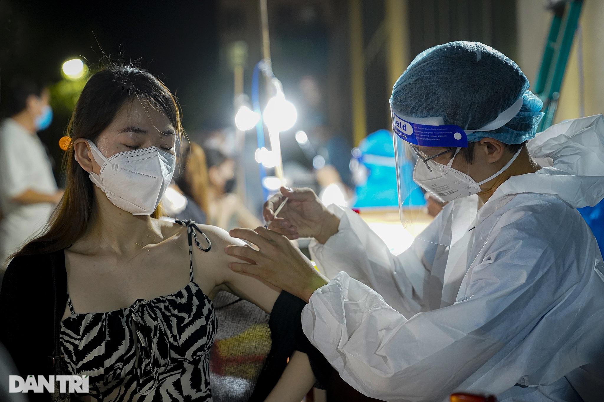"""Người dân Sài Gòn""""chong đèn"""", tiêm vắc xin vào ban đêm"""