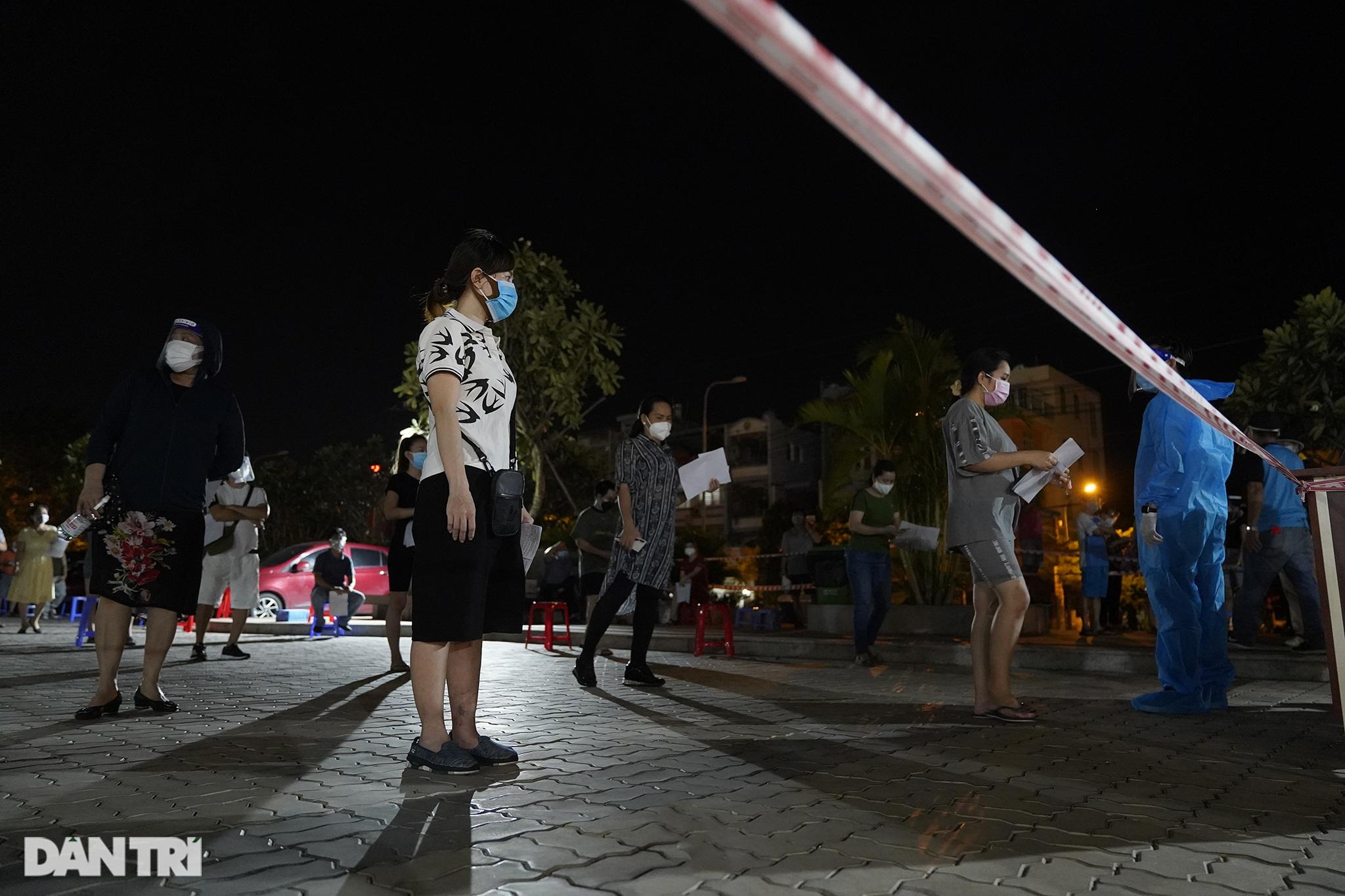 Người dân Sài Gòn chong đèn, tiêm vắc xin vào ban đêm - 15