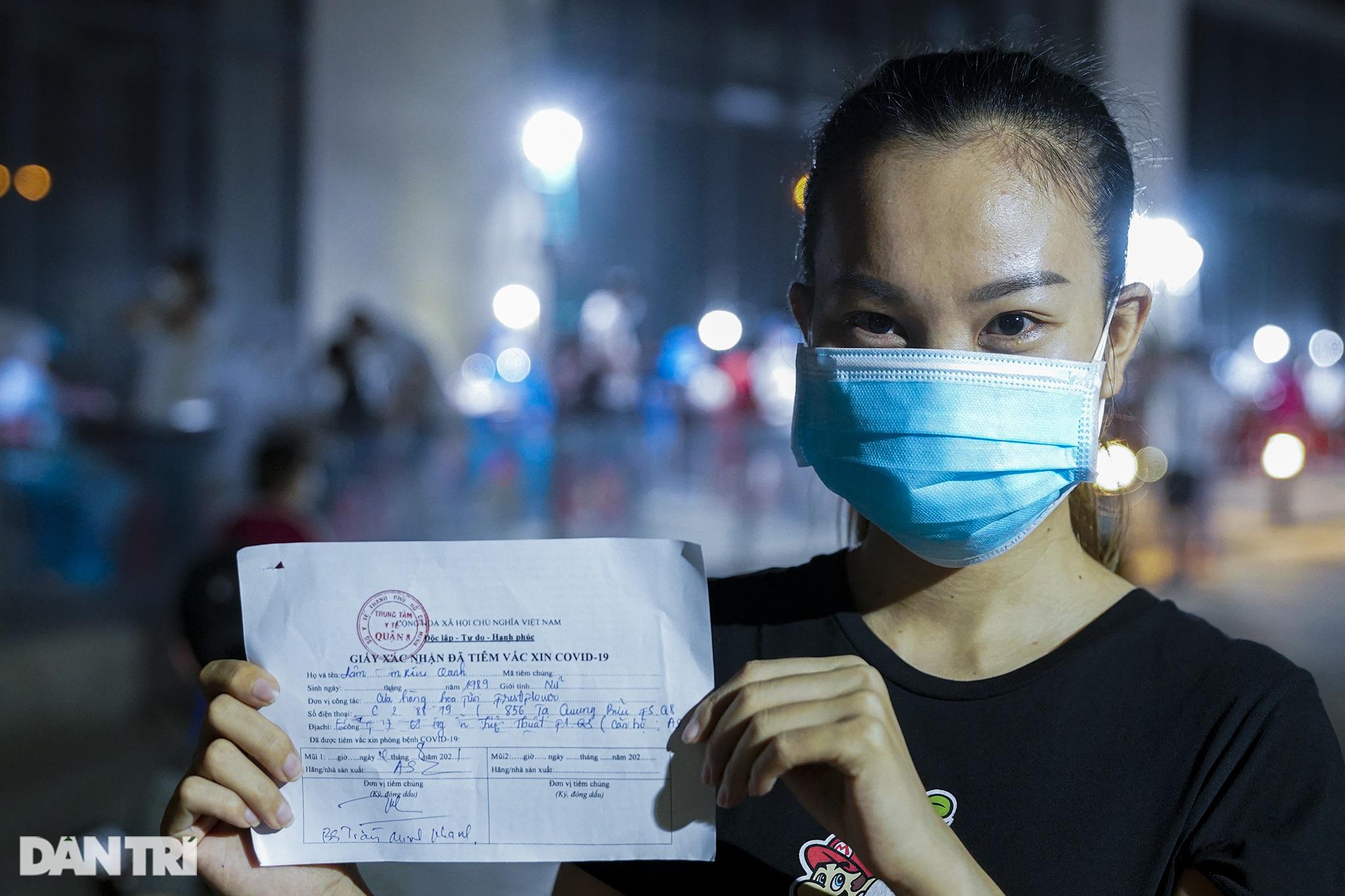 Người dân Sài Gòn chong đèn, tiêm vắc xin vào ban đêm - 14