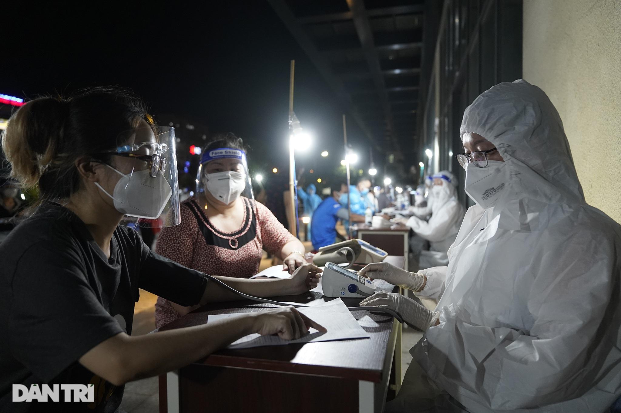 Người dân Sài Gòn chong đèn, tiêm vắc xin vào ban đêm - 3
