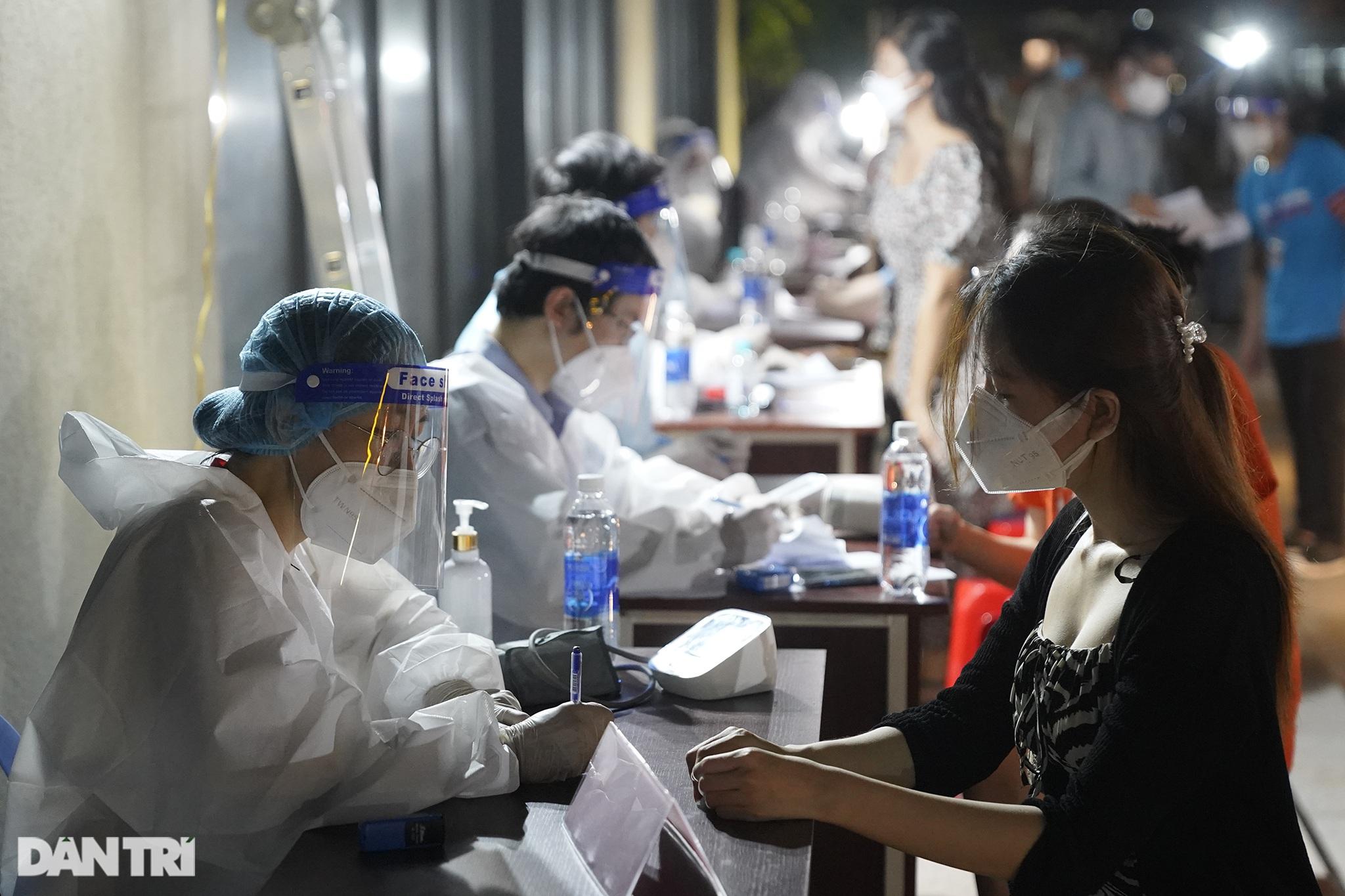 Người dân Sài Gòn chong đèn, tiêm vắc xin vào ban đêm - 2