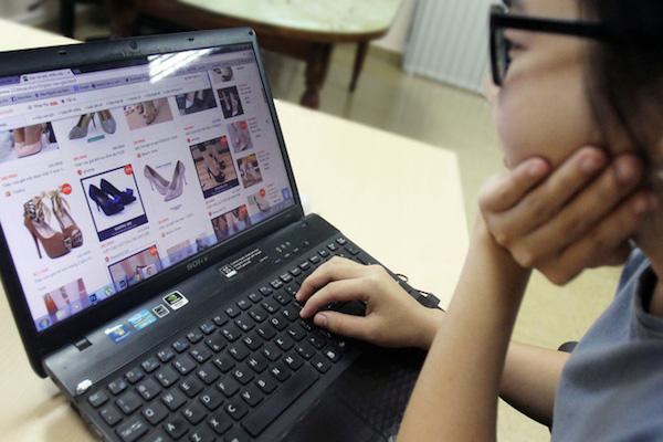 Mua bán hàng hóa qua mạng tại Việt Nam phát triển rất nhanh với sự tham gia tích cực của đông đảo người tiêu dùng Ảnh: HOÀNG TRIỀU