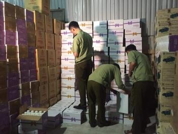 """Hà Nội: Ập vào kho hàng thu 2.500 thùng sữa chua đang """"hot"""" với giới trẻ"""