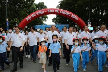 Phó Thủ tướng Trương Hòa Bình dự sự kiện vận động đội mũ bảo hiểm cho trẻ em
