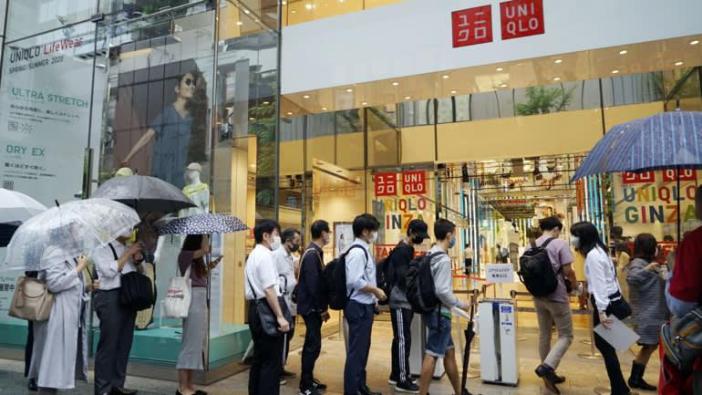 Sự sống còn của trang bị: Người mua sắm Nhật Bản xếp hàng để mua mặt nạ AIRism của Uniqlo vào ngày họ mở bán, ngày 19 tháng 6.