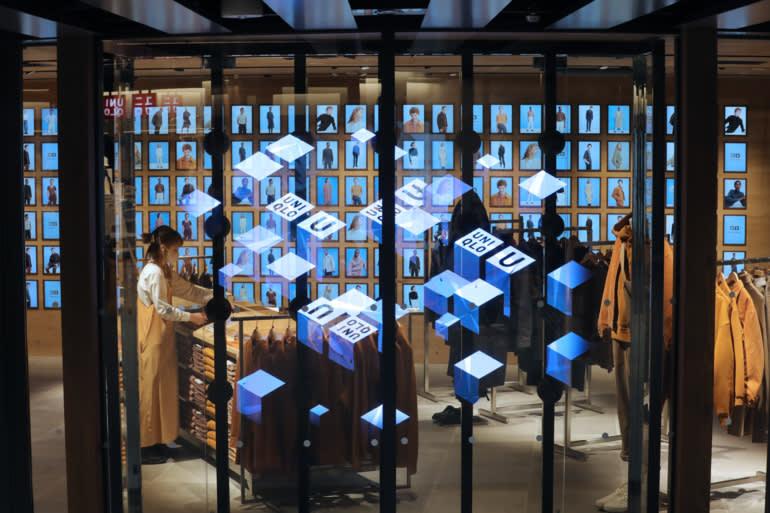 Thực tế kết hợp: màn hình kỹ thuật số và địa điểm thực tại Uniqlo Harajuku