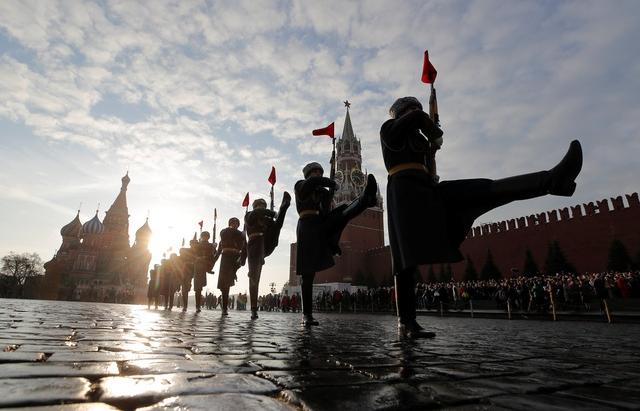 """""""Biển người"""" duyệt binh kỉ niệm cuộc Cách mạng tháng Mười Nga huyền thoại"""