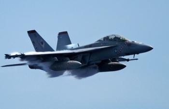 Tiêm kích trên tàu sân bay Mỹ lao xuống biển