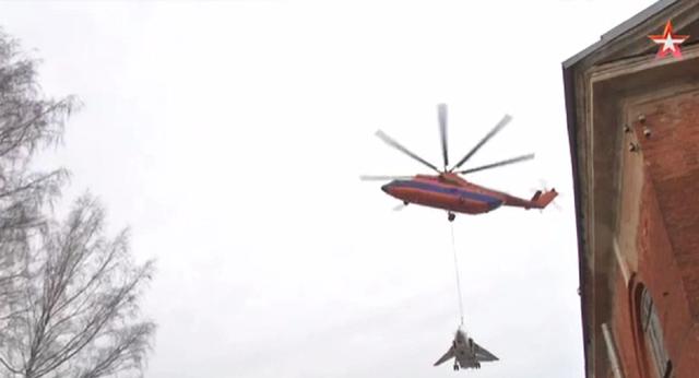 """Video trực thăng Nga """"chở"""" máy bay chiến đấu 22 tấn vòng quanh thành phố"""