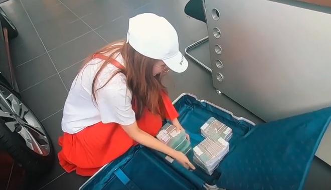 sao viet ngay 112 hot girl sam mang vali tien mua xe hoi 26 ty dong