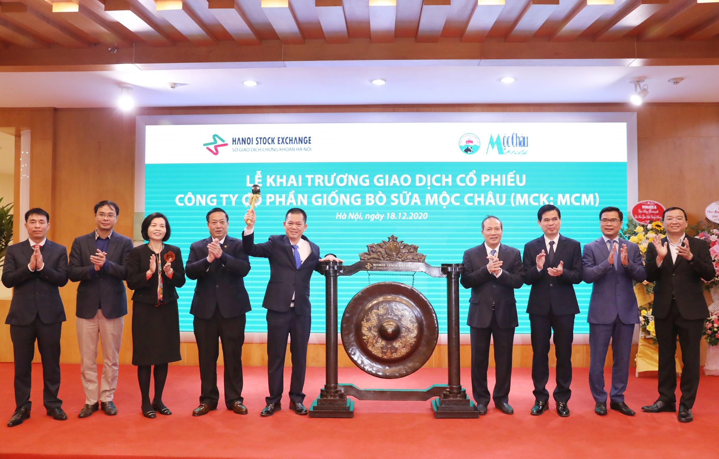 Tổng Giám đốc công ty Mộc Châu Milk thực hiện nghi thức đánh cồng, chính thức khai trương giao dịch cổ phiếu MCM trên sàn UPCOM