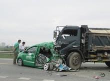 Xe tải tông nát đuôi taxi, 4 người bị thương