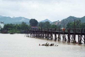 Xe khách cố qua cầu ngập nước, một người mất tích